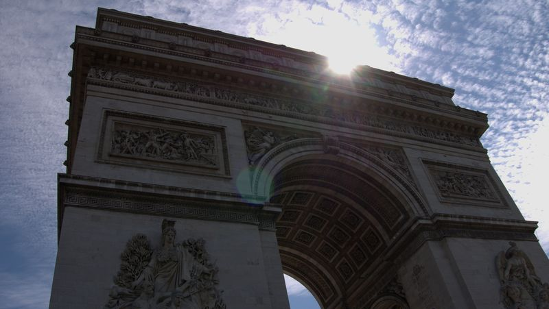 o majestosamente e imponente arco do triunfo paris