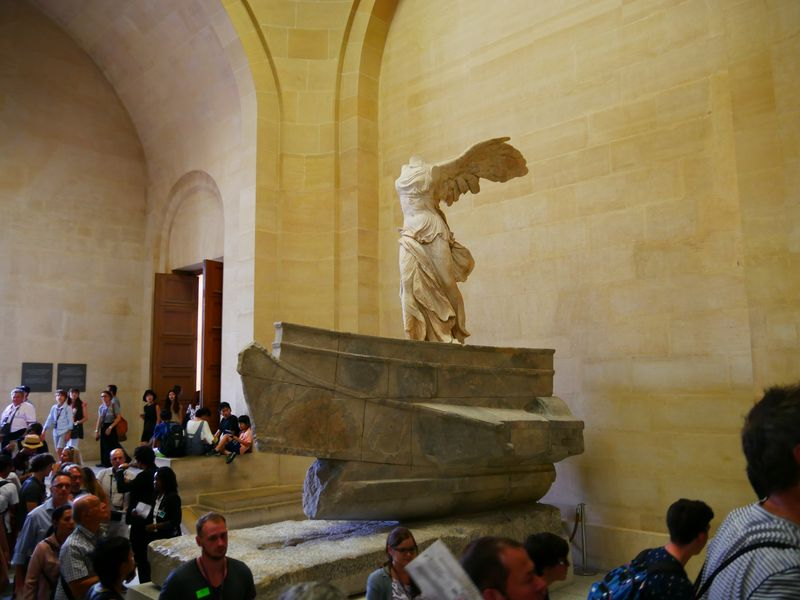 the winged victory of samothrace in the louvre museum paris