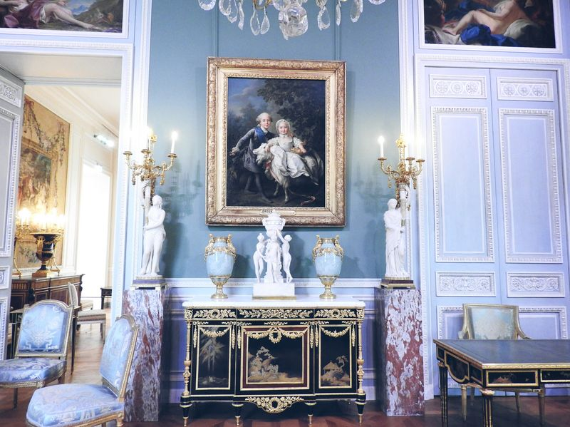 somptuous rooms in king's apartments louvre france