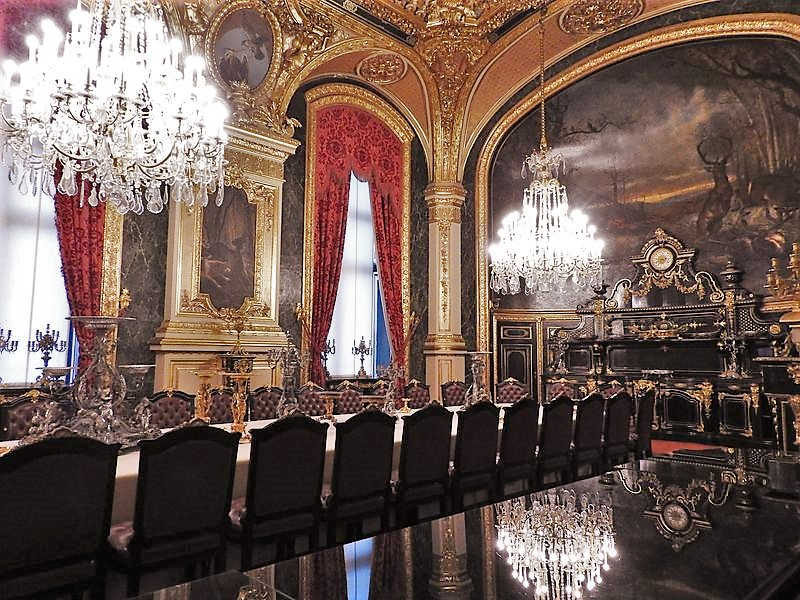 discover the dining room in king's apartments louvre france