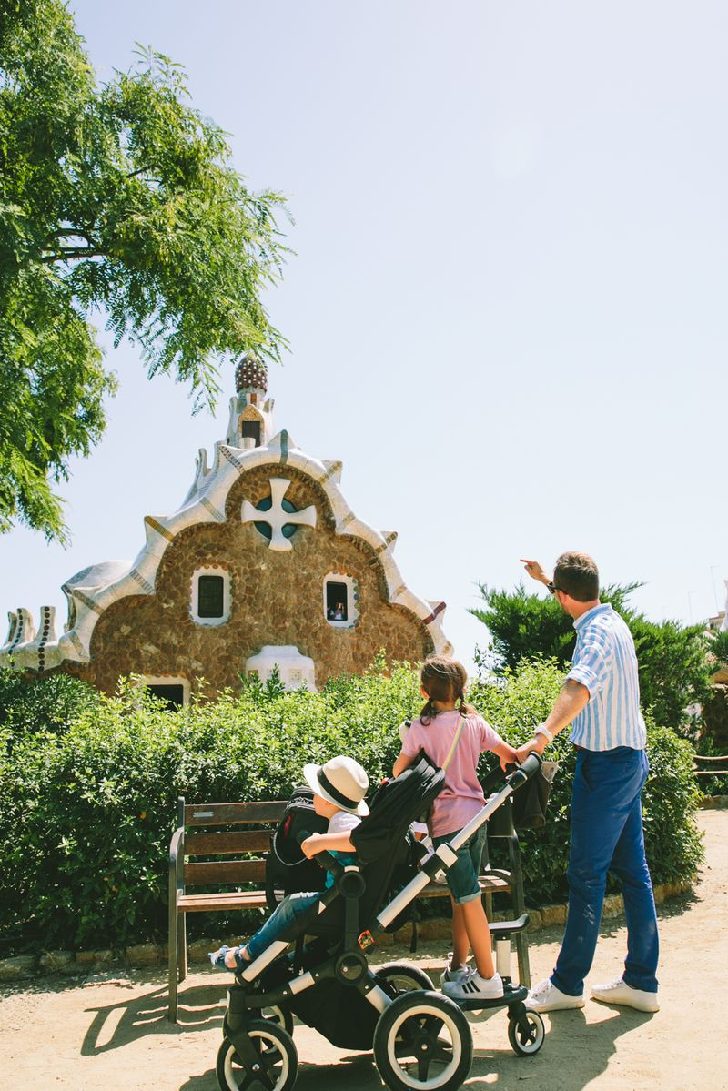 family guided tour in park guell barcelona