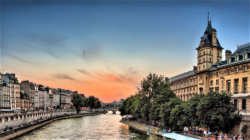 seiner river paris cruise with universal tour guide