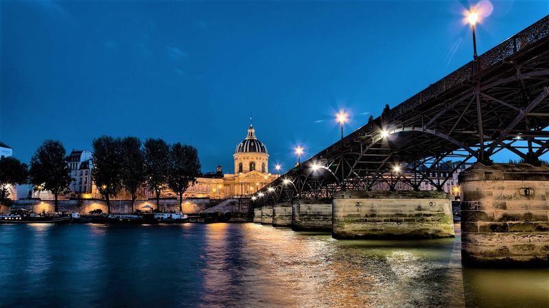 universal tour guide and its seine river cruise in paris